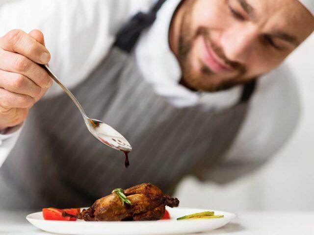 """""""W czasie uczty nie opowiadaj, jak należy jeść, lecz jedz, jak należy."""" – Epiktet"""